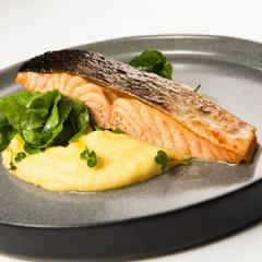 Запечённый лосось с овощами